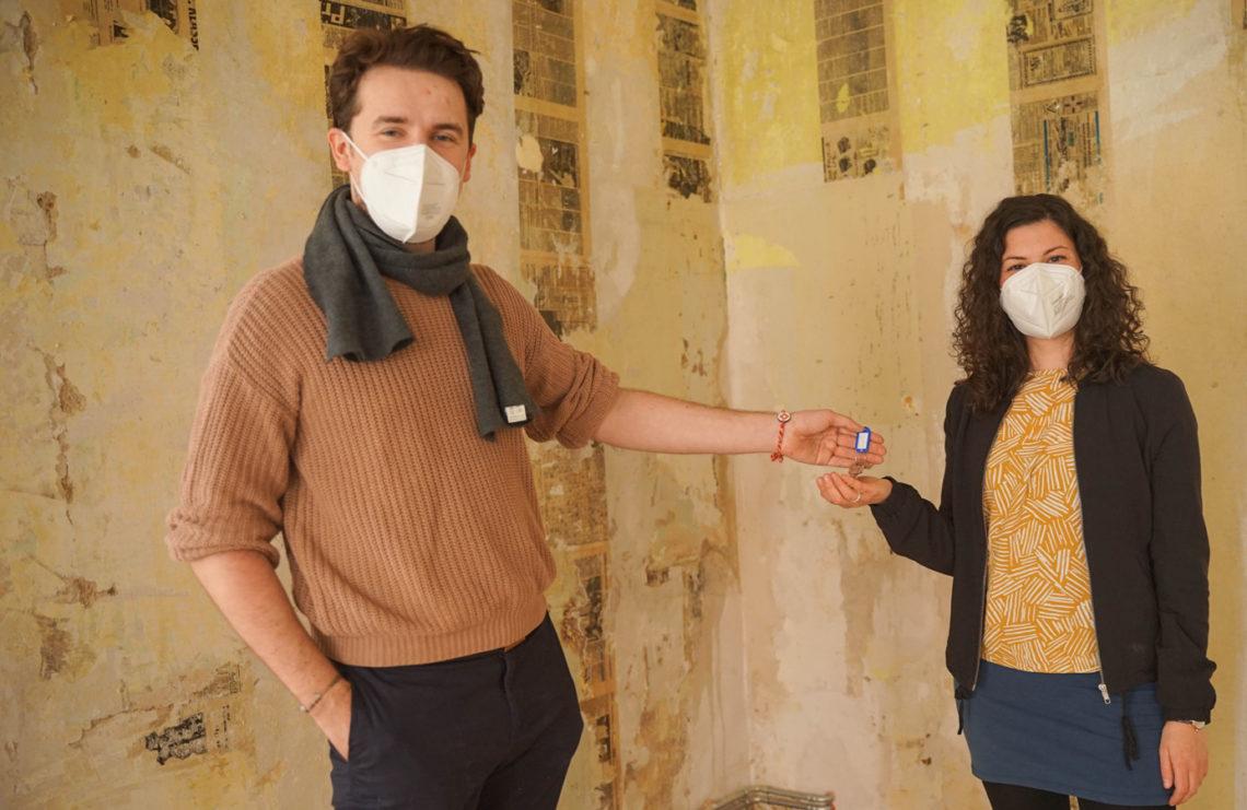 Jeanette bei der Schlüsselübergabe mit dem Vormieter @Franziska Kurz